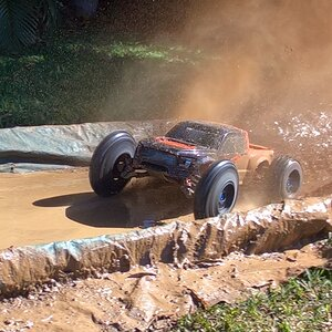 CEN truggy mud 01.jpg